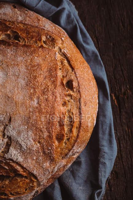 Rustikales Laib handwerkliches Brot auf dunklem Hintergrund — Stockfoto