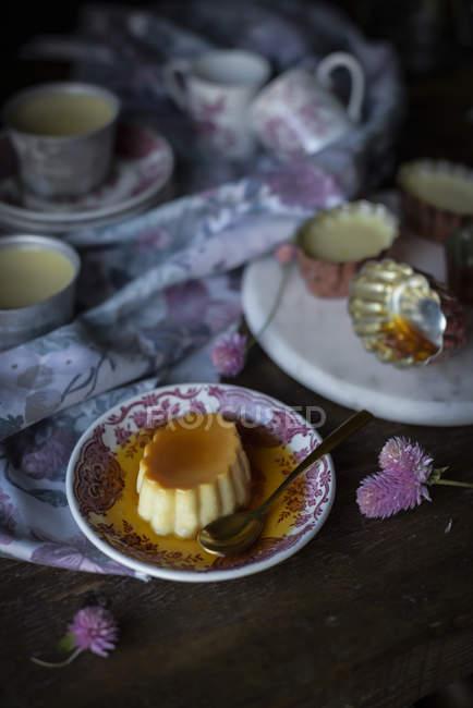 Натюрморт вкусный десерт в пластине — стоковое фото