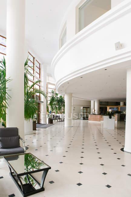 Intérieur du grand hall avec des plantes en pot à l'hôtel — Photo de stock