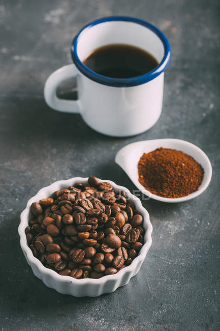 Coffee cup with coffee beans and ground coffee by mug — Stock Photo