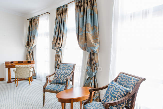 Cadeiras na sala de luz hotel de luxo de cor azul. — Fotografia de Stock