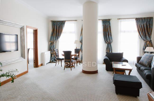 Interior de habitación de hotel de lujo vacía - foto de stock