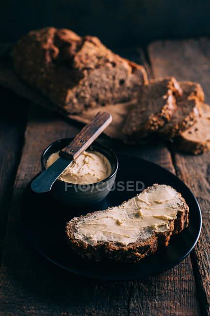 Stillleben mit Bauernbrot mit butter — Stockfoto