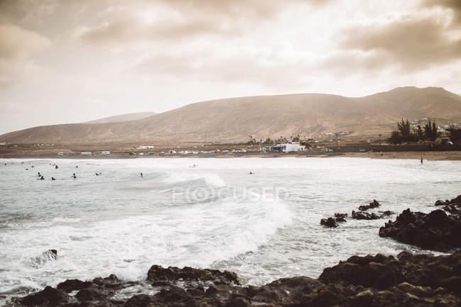 Visualizar para a costa do oceano tempestuoso ondulado em dia nublado. — Fotografia de Stock