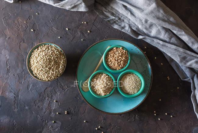 Vista directamente encima de tazones llenos de copos de cereales trigo. - foto de stock