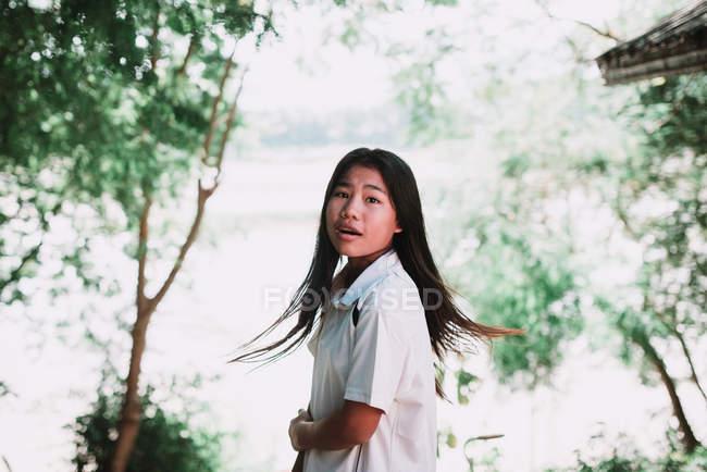 Лаос, Луанг Прабанг: Досить місцевих жінка, стоячи в зелені ліси і дивитися через плече на камеру — стокове фото