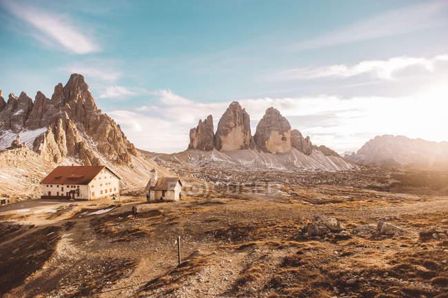 Sonnendurchfluteten Landschaft mit Landschaft Häuser im Tal im sonnigen Tag — Stockfoto