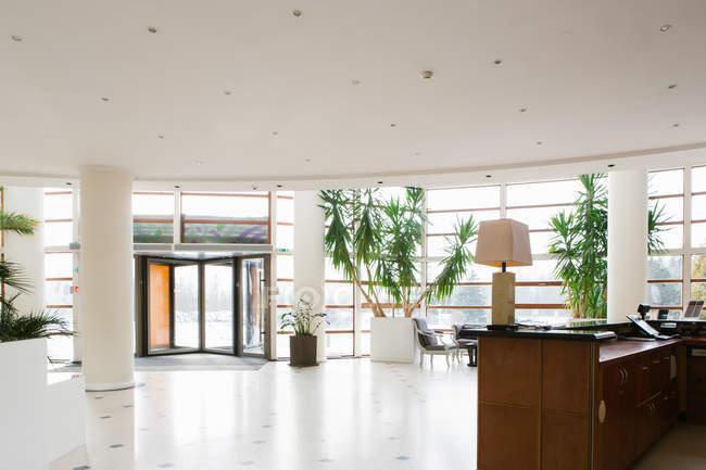 Vista interna della grande sala in hotel con porte d'ingresso — Foto stock