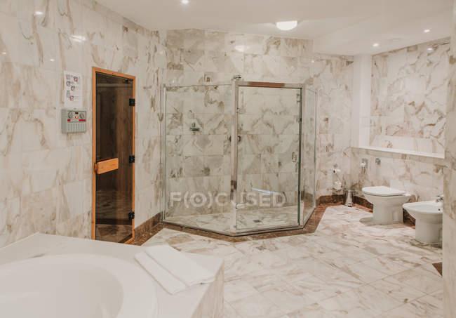 Mostra di interni di lusso bagno con pareti di piastrelle in marmo