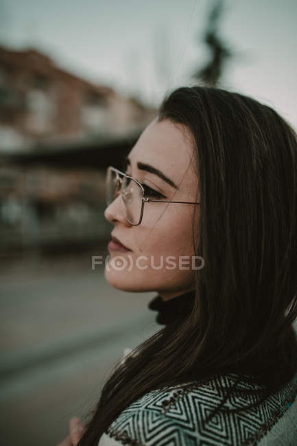 Jeune femme élégante décontractée permanent sur la rue. — Photo de stock