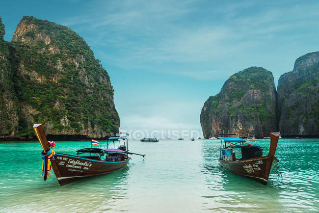 Два човни пришвартовані в океанській бухти в сонячний день. — стокове фото