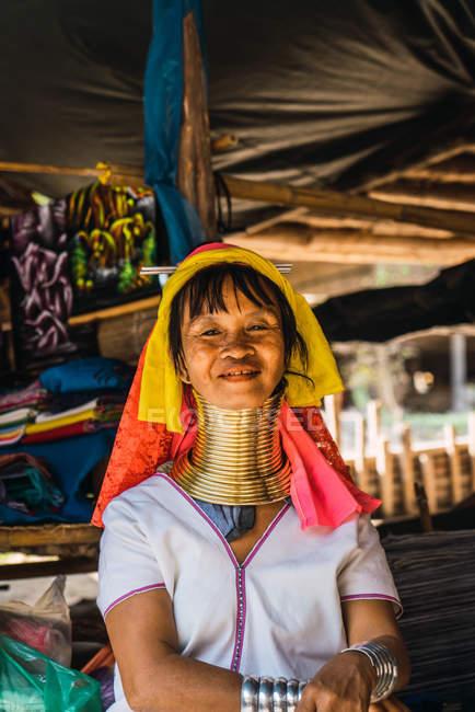 Чіанг Рай, Таїланд - 12 лютого 2018: Азіатський жінка з кільця на шиї — стокове фото