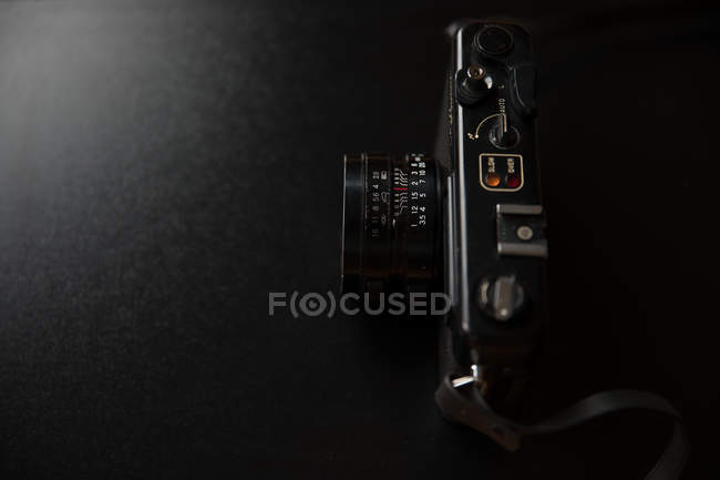 Vue grand angle appareil photo vintage sur fond noir — Photo de stock