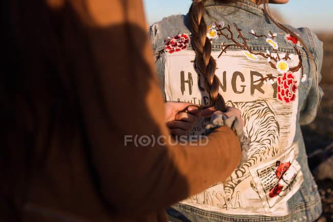 Обтинання жінки плетіння з подругою в Сонячний природи — стокове фото