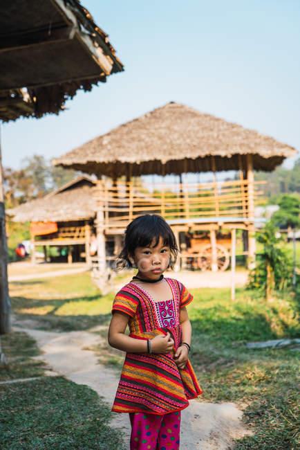 Чіанг Рай, Таїланд - 12 лютого 2018: Симпатичні молоді Азіатські дівчата стоячи на вулицю села в сонячний день. — стокове фото