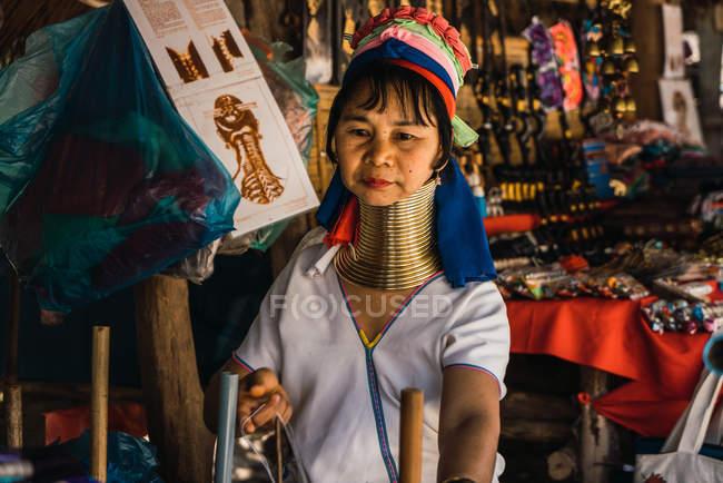 Chiang rai, thailand - 12. Februar 2018: ethnische Frau mit Ringen am Hals — Stockfoto