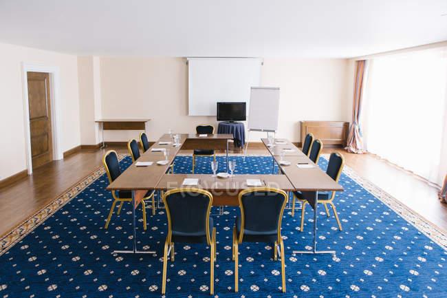 Vista interior de la sala de presentación moderna con pizarra - foto de stock
