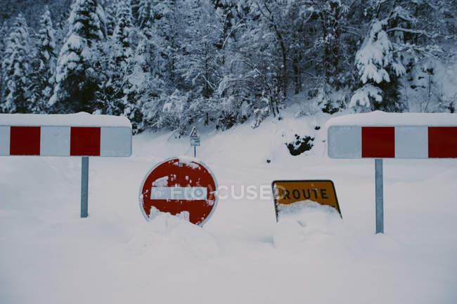 Verbotsschilder am Zaun in der verschneiten Natur platziert — Stockfoto