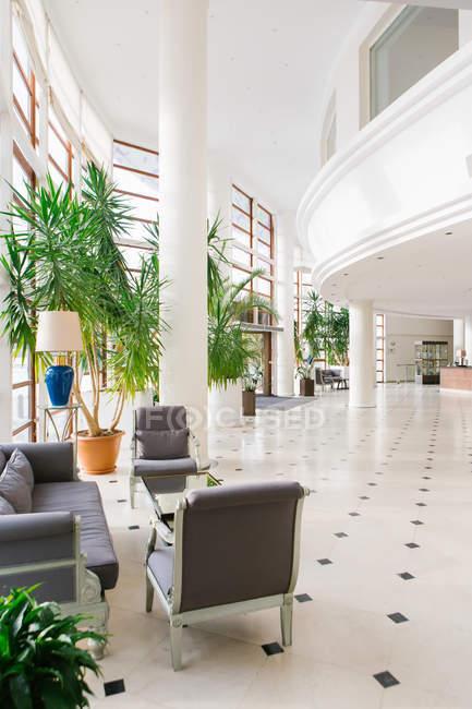 Vue sur le hall d'entrée lumineux de l'hôtel — Photo de stock