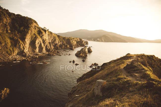 Краєвид з великий прибережних скель, на березі моря у вечорі. — стокове фото
