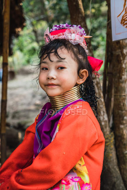 CHIANG RAI, THAILAND- FEBRUARY 12, 2018: Ethnic woman with rings on neck — Stock Photo