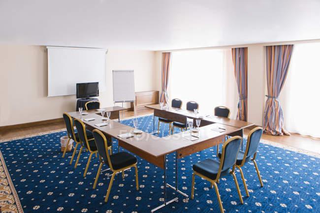 Moderner Präsentationsraum mit Whiteboard und Tabelle — Stockfoto