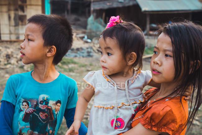 Лаос-18 лютого 2018: Молодий хлопчик і дівчаток, стоячи в селі і дивиться в бік — стокове фото
