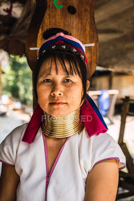 CHIANG RAI, THAILAND- 12 FEBBRAIO 2018: Donna asiatica con anelli sul collo guardando la macchina fotografica — Foto stock
