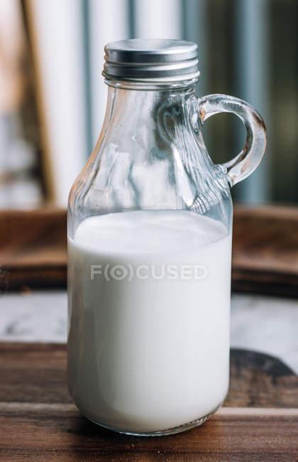 Glasflasche mit frischer Milch hautnah — Stockfoto