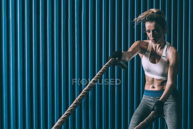 Fit блондинке с веревки с тренировки в тренажерном зале — стоковое фото