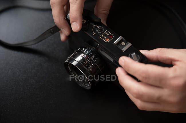 Обтинання руки прийняття vintage камери на чорному тлі — стокове фото