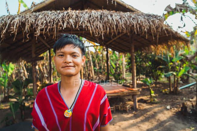 Чіанг Рай, Таїланд - 12 лютого 2018: веселий чоловік стоячи в соломи hut і дивлячись на камеру. — стокове фото