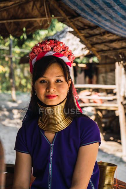 Chiang rai, thailand - 12. Februar 2018: fröhliche Frau mit Ringen am Hals blickt in die Kamera — Stockfoto