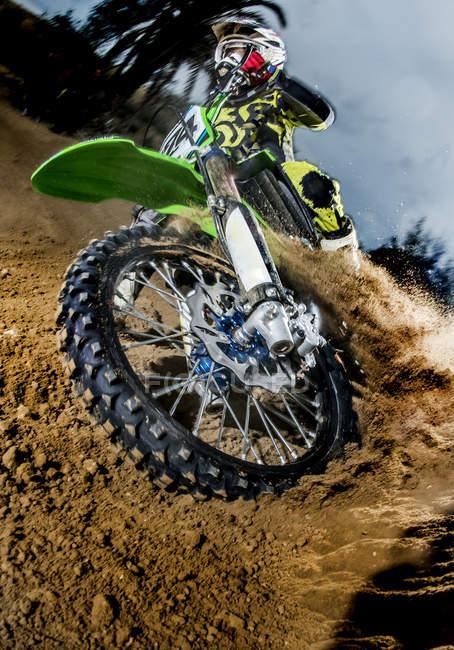 Motocross-Bike-Fahrer auf Strecke hautnah — Stockfoto