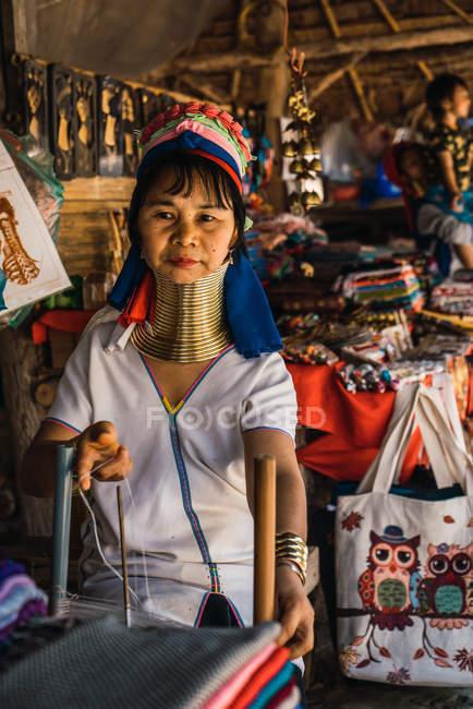 Chiang rai, thailand - 12. februar 2018: asiatin mit ringen am hals auf markt — Stockfoto