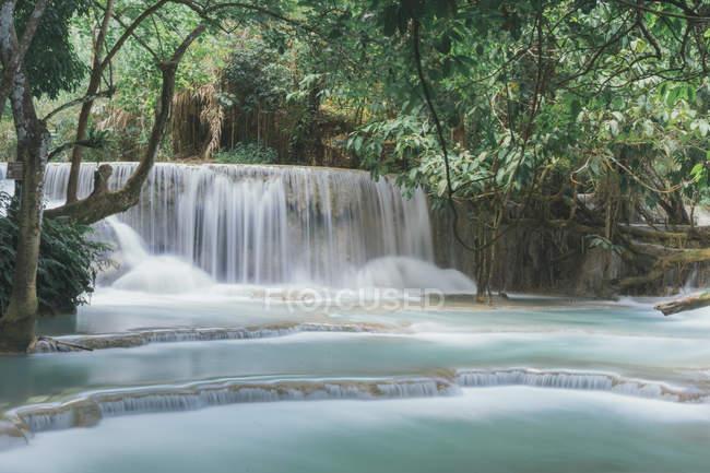 Abgeschnitten Bild des schnellen Wasserfall im Regenwald — Stockfoto