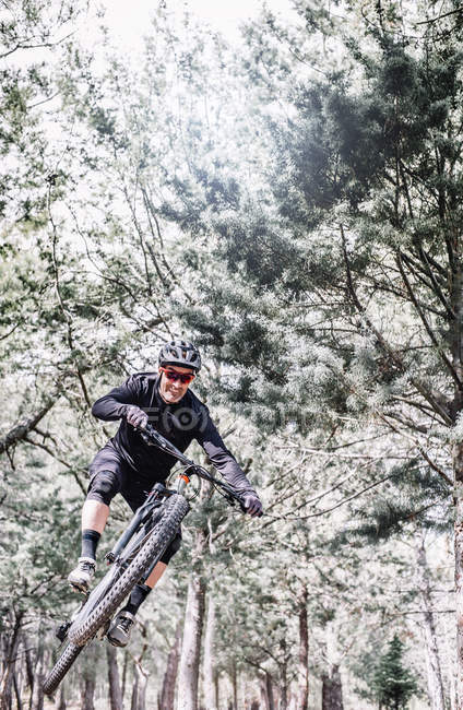 Cycliste mature saute avec VTT nature — Photo de stock