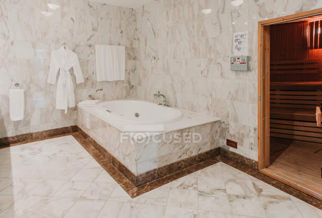 Mostra di interni di lusso bagno in marmo — Foto stock
