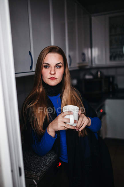 Thoughtful woman with cup looking away — Stock Photo
