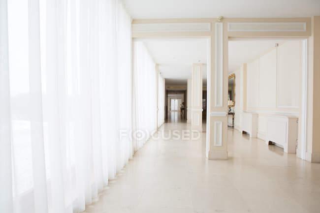 Perspektivischer Blick auf großen hellen Flur im Hotel. — Stockfoto