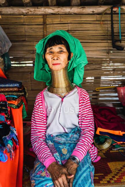Чіанг Рай, Таїланд-12 лютого 2018: Жінка з кільця на шиї, сидячи на ринку і, дивлячись на камеру — стокове фото