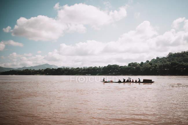 Barco que navega en el lago tropical sucio - foto de stock