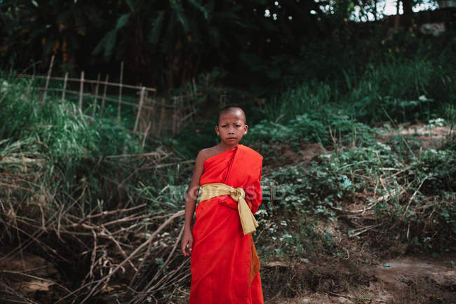 LAOS, LUANG PRABANG: Monk standing on hill — Stock Photo