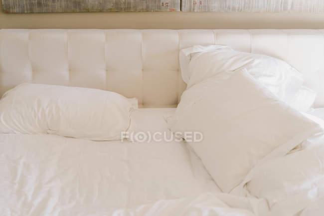 Брудний скасувати ліжко з білі простирадла (літо) — стокове фото