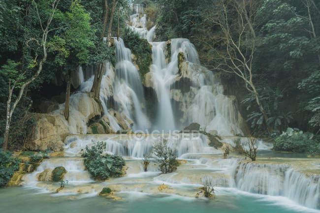 Каскад идиллических водопада в тропических лесов — стоковое фото