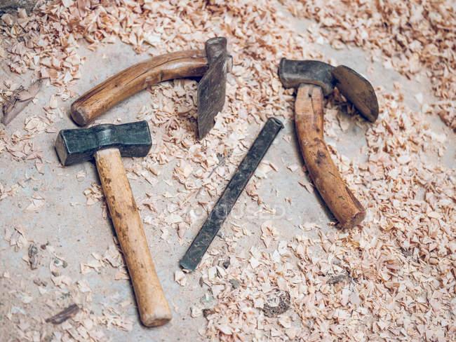 Instruments différents menuiserie en bois boutures en atelier. — Photo de stock