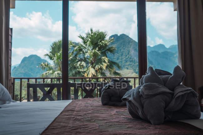 Handtücher und malerischen Ausblick im Fenster im Hotelzimmer vorbereitet. — Stockfoto