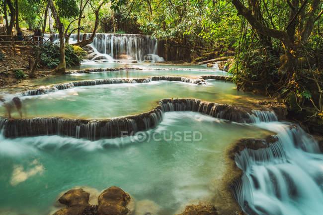 Красивые небольшие пруды с каскадом водопадов — стоковое фото