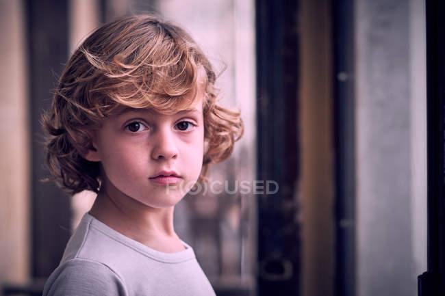Portrait de petit garçon posant sur le balcon — Photo de stock