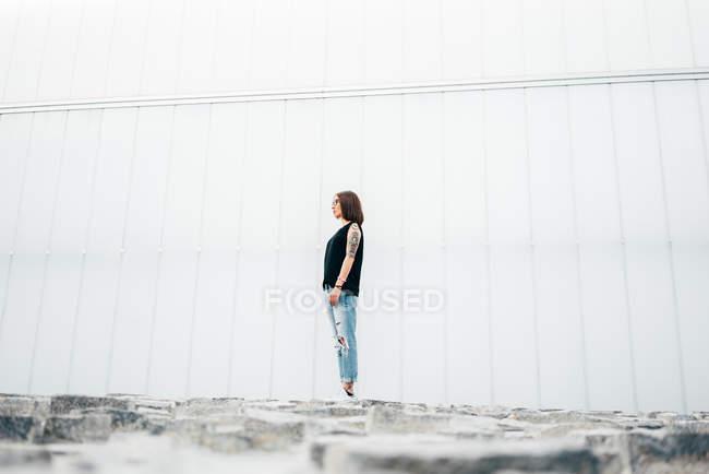 Giovane donna con in piedi sul marciapiede — Foto stock
